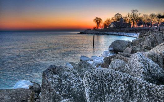 Обои Каменистый берег моря