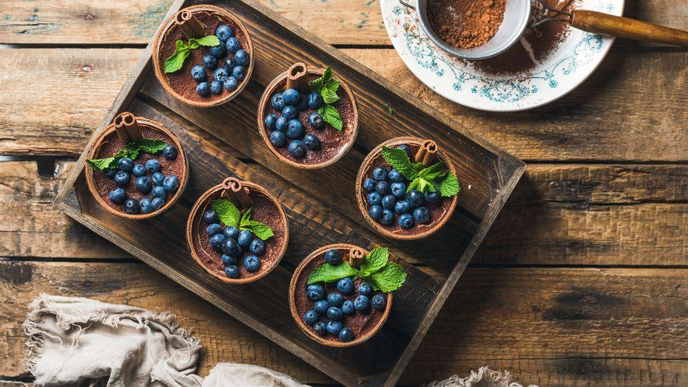 Обои для рабочего стола Шоколадные десерты с черникой и корицей, украшенные листиками мяты