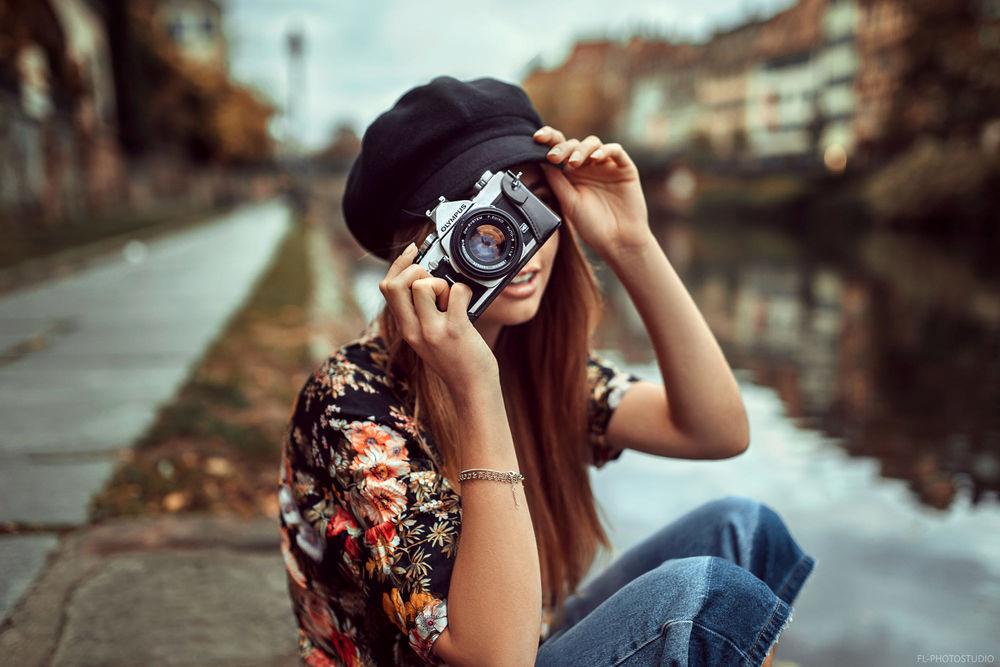 Обои для рабочего стола Девушка Мелина с фотоаппаратом в руке, фотограф Lods Franck