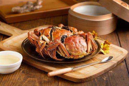 Обои Японская кухня: крабы на блюде на деревянной доске, рядом ложка, соус и имбирь