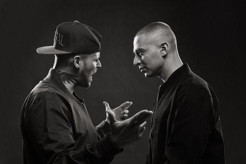 Обои Реп баттл, Мужчина в кепке Porchy активно жестикулирует перед Oxxxymiron