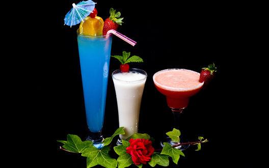 Обои Три разноцветных коктейля, украшенных фруктами и ягодами
