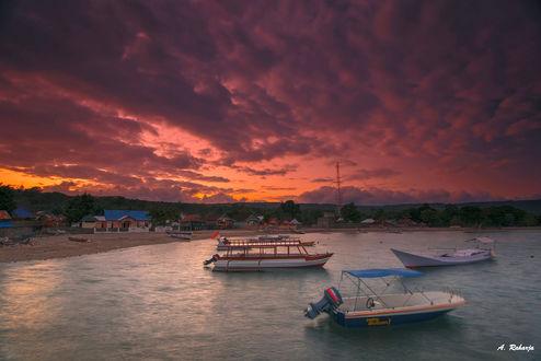 Обои Солнце над Labuan Haji / Лабуан-Хаджи - небольшой гаванью на острове Moyo / Мойо, где есть один из самых красивых водопадов в Indonesia./ Индонезии, фотограф Anton Raharja