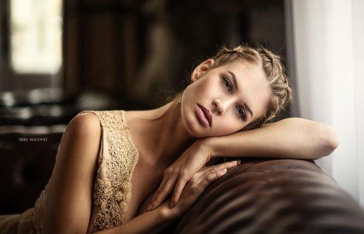 Обои Модель Кара положила голову на спинку дивана, фотограф Miki Macovei
