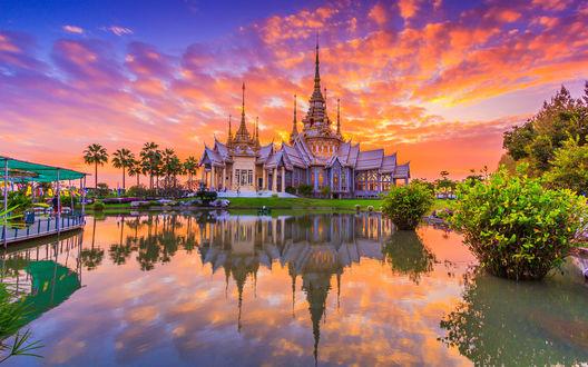 Обои Храм на фоне закатного неба