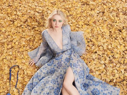 Обои Актриса Дакота Фэннинг / Dakota Fanning в голубом платье сидит на опавших листьях