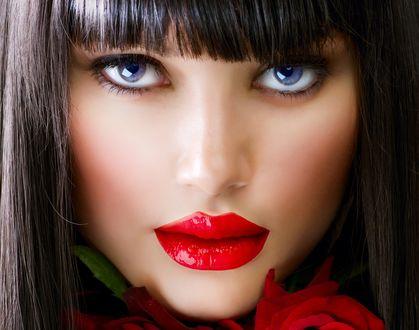 Обои Лицо красивой брюнетки с розами