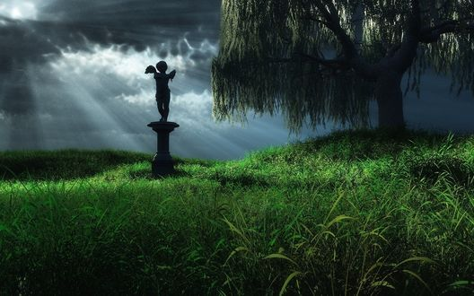 Обои Статуя ангелочка, стоящая рядом с ивой на фоне природы и ночного, пасмурного, лунного неба