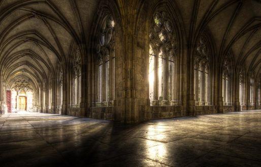 Обои Коридоры в готическом замке, через окна пробивается солнечный свет