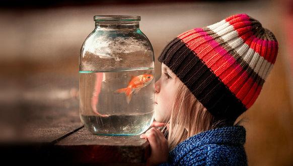 Обои Три заветных желания загадывает девочка, глядя на рыбку в банке, фотограф Сухарь Александр