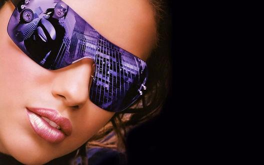 Обои Лицо Адрианы Лимы в солнцезащитных очках с отражением в них ее, идущей по городу