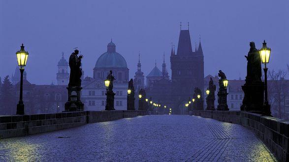 Обои Прага, Чехия, Карлов мост вечером в тумане, при свете фонарей