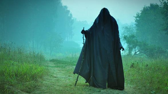 Обои Мрачная фигура в черном, в утреннем тумане на дороге