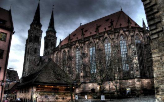 Обои Готический собор с голубыми стеклами, в дымке