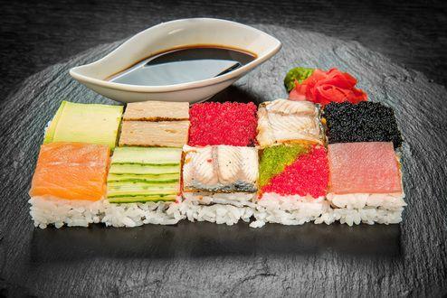 Обои Японская кухня: ассорти из рисовых суши с рыбой, огурцом и черной и красной икры, рядом соус, васаби и маринованный имбирь