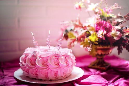 Обои Торт в кремовых розочках с 3 свечками, рядом букет в вазе