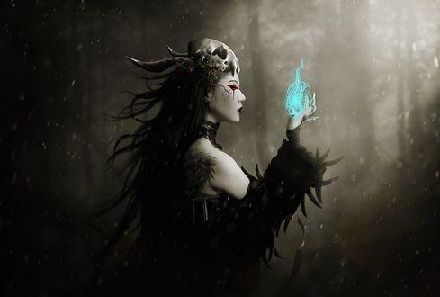 Обои Колдунья с магическим светом в руке стоит посреди ночного леса