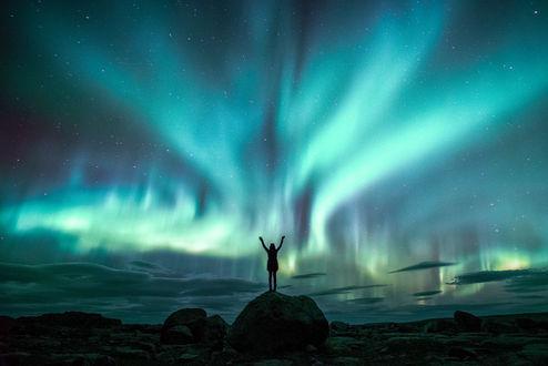 Обои Девушка стоит на фоне северного сияния, фотограф Lizzy Gadd
