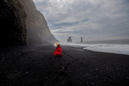 Обои Девушка в красном платье на побережье, фотограф Inese Stoner