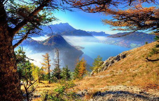 Обои Красивый вид сверху на горное озеро в утренней дымке
