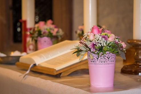 Обои Горшочек с цветами и книга на столе