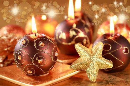 Обои Красные с золотом новогодние шарики-свечи и звезда