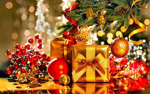 Обои Новогодние подарки и шарики возле елки в Новый Год