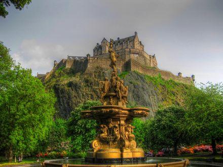 Обои Старинный фонтан на фоне Эдинбургского замка