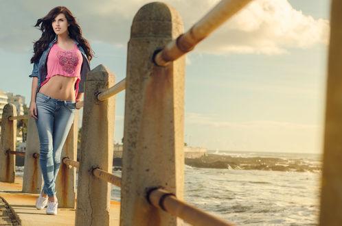 Обои Девушка стоит у ограждения набережной на фоне морского пейзажа