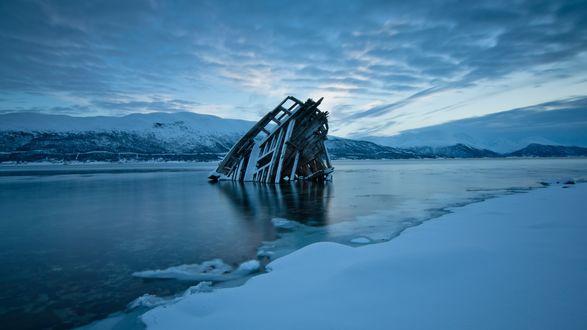 Обои Затопленный нос корабля в реке зимой