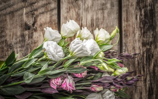 Обои Букет из розовых и белых эустом лежит на деревянной поверхности