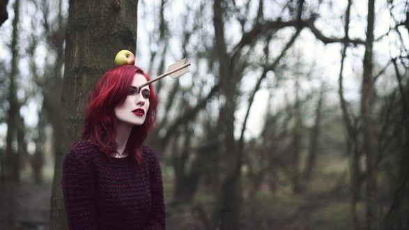 Обои Модель Jammy Lou стоит у дерева с яблоком на голове