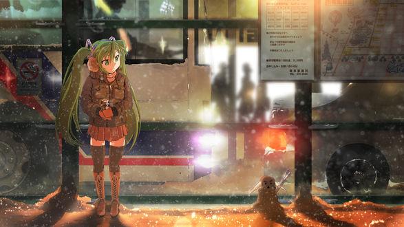 Обои Vocaloid Hatsune Miku / Вокалоид Хатсуне Мику стоит зимой вечером на автобусной остановке и смотрит на маленького снеговичка