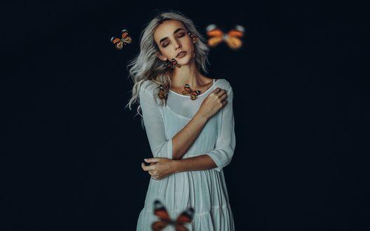 Обои Девушка в окружении бабочек на темном фоне