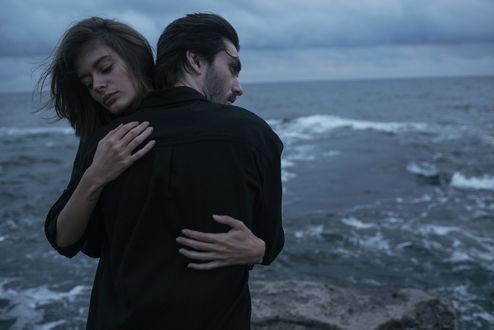 Обои Влюбленные стоят на фоне моря, фотограф Marta Syrko