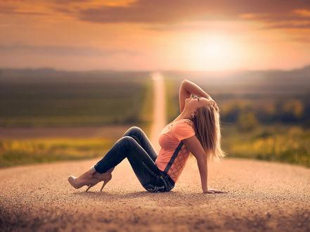 Обои Девушка сидит на дороге, подняв голову к небу
