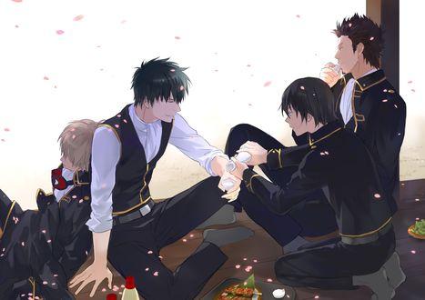 Обои Хиджиката Тоширо / Hijikata Toushirou, Сого Окита / Sougo Okita, Исао Кондо / Isao Kondou и Сагару Ямазаки / Sagaru Yamazaki отдыхают на веранде, персонажи из аниме Гинтама / Gintama