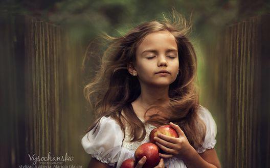 Обои Девочка с яблоками в руках, Vysochanska Photography