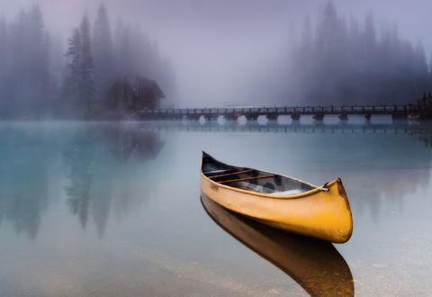 Обои Одинокая лодка в отражении глади воды и тумана