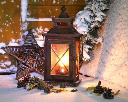 Обои Фонарь и новогодние игрушки и шишки возле дома в снегу