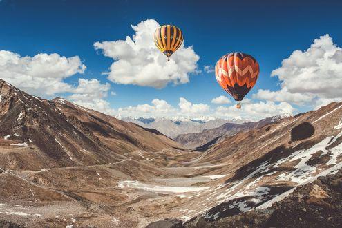 Обои Воздушные шары над горной долиной