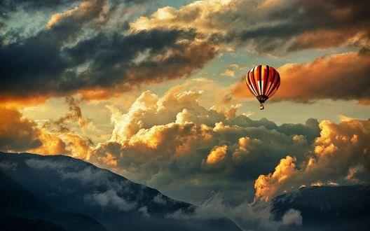 Обои Воздушный шар в облачном небе