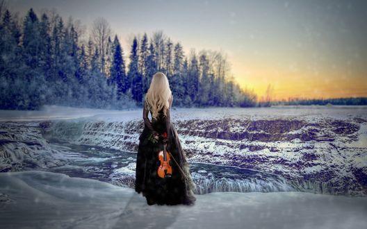 Обои Девушка в черном платье с розой и скрипкой в руках на фоне зимнего пейзажа