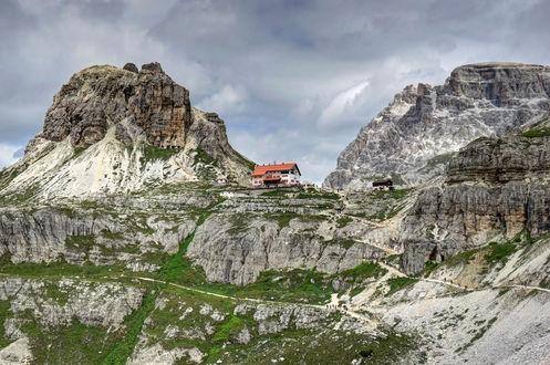 Обои Домик среди гор