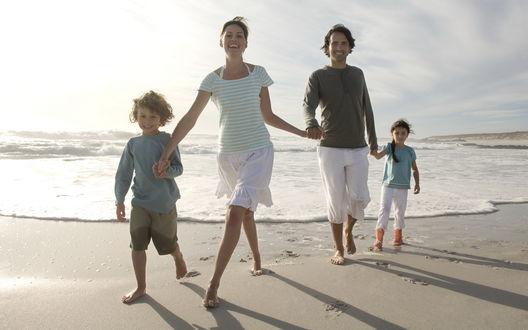 Обои Счастливая семья на берегу моря