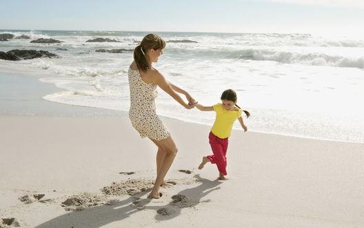 Обои Мама с дочкой на пляже