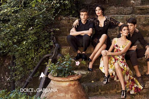 Обои Парни с девушками сидят на ступеньках, фото для Дольче Габбана / Dolce&Gabbana