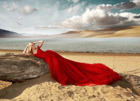 Обои Модель Натали в красном платье на побережье, фотограф Хисматулин Ренат