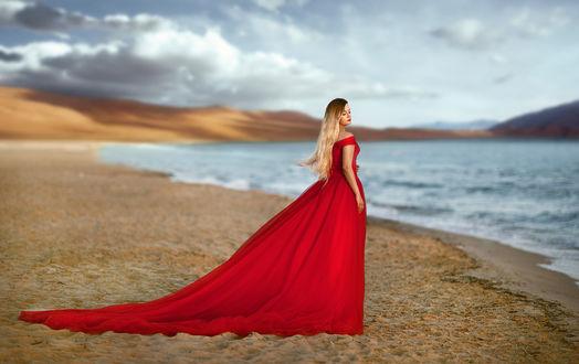 Обои Модель Элона в длинном красном платье стоит на побережье. Фотограф Хисматулин Ренат