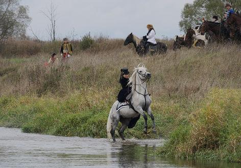 Обои На берегу реки, дама на лошаде